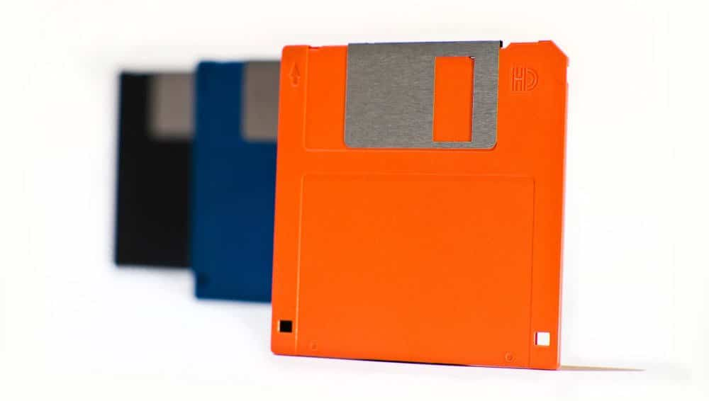 "Bildquelle: A row of different colored retro 3½"" floppy disks © Zoe - Fotolia"